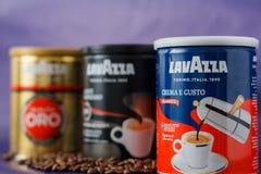 TORINO, ITALIA - 2 maggio 2019: Barattolo del caff? di Lavazza su Violet Background Genere e gusto differenti di caff? di Lavazza fotografia stock libera da diritti
