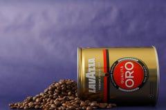 TORINO, ITALIA - 2 maggio 2019: Barattolo del caff? di Lavazza su Violet Background Genere e gusto differenti di caff? di Lavazza immagine stock