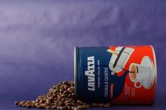 TORINO, ITALIA - 2 maggio 2019: Barattolo del caff? di Lavazza su Violet Background Genere e gusto differenti di caff? di Lavazza fotografia stock
