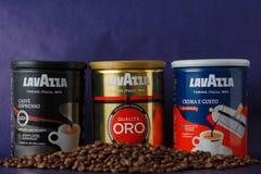 TORINO, ITALIA - 2 maggio 2019: Barattolo del caff? di Lavazza su Violet Background Genere e gusto differenti di caff? di Lavazza immagine stock libera da diritti