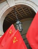 Torino, Italia - maggio 2010: dimostrazione per le bandiere rosse e le insegne di festa del lavoro Immagine Stock