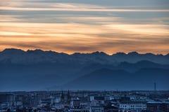 Torino, l'Italia ed alpi snowcapped al tramonto Fotografia Stock