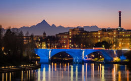 Torino (Torino), fiume Po e Monviso al tramonto immagini stock libere da diritti