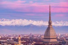 Torino Turin, Itália: arquitetura da cidade no nascer do sol com detalhes da toupeira Antonelliana que eleva-se sobre a cidade Lu Imagem de Stock