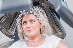 Tork för hår för skönhetsalong fotografering för bildbyråer