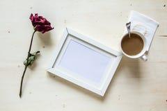 Torka den rosa och bildramen med kaffe Royaltyfri Foto