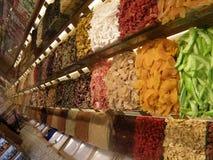 Torka frukt och te chai för den smaktillsatsistanbul öppna marknaden Royaltyfria Foton