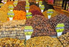 Torka frukter och muttrar som säljs på marknaden Royaltyfri Fotografi
