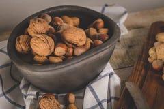 Torka frukter på trätabellen arkivfoto