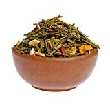 Torka grön tea för frukt i en lerakopp Royaltyfri Bild
