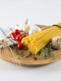 Torka gul spagettipasta royaltyfria bilder