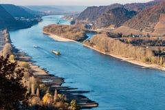 Torka i Tyskland, lågvatten av Rhinet River i andernach nära skepp för frakter för koblenz influending vattentransport royaltyfri fotografi