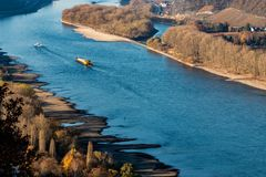 Torka i Tyskland, lågvatten av Rhinet River i andernach nära skepp för frakter för koblenz influending vattentransport royaltyfria foton