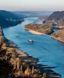 Torka i Tyskland, lågvatten av Rhinet River i andernach nära skepp för frakter för koblenz influending vattentransport royaltyfria bilder