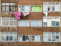 Torka kläder i förorterna av Portugal Arkivbild