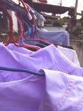 Torka kläder i solen arkivfoto