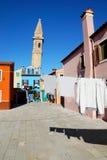 Torka kläder på en bakgrund av mång--färgade fasader av Iet Royaltyfri Foto