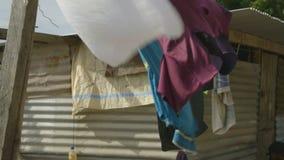 Torka kläder på ett rep stock video