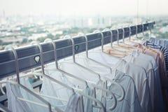 Torka kläder på klädstreck på andelsfastighet i morgon hushållsarbete- och lokalvårdbegrepp arkivfoto
