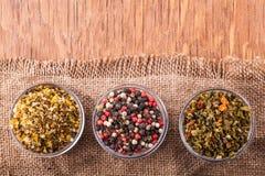 Torka kryddor i en glass bunke Arkivfoton