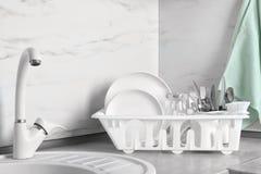 Torka kuggen med ren disk, exponeringsglas och bestick royaltyfri foto