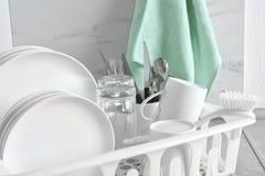 Torka kuggen med ren disk och bestick på tabellen royaltyfri foto