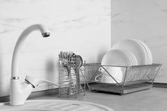 Torka kuggen med ren disk och bestickhållaren fotografering för bildbyråer