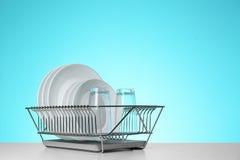 Torka kuggen med ren disk och exponeringsglas på tabellen mot färgbakgrund royaltyfria foton
