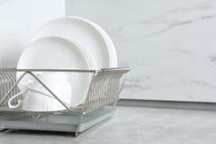 Torka kuggen med ren disk och koppar på tabellen i kök arkivfoto
