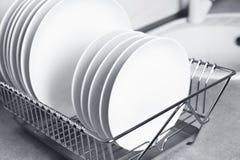 Torka kuggen med ren disk på diskbänken royaltyfri foto