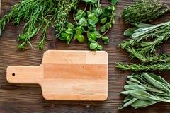 Torka ny örter och grönska för kryddamat på träutrymme för bästa sikt för kökskrivbordbakgrund för text arkivbild