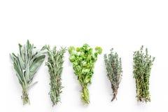 Torka ny örter och grönska för kryddamat på vitt utrymme för bästa sikt för kökskrivbordbakgrund för text royaltyfri fotografi