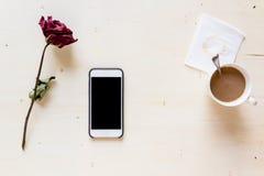 Torka rosa med telefonen och kaffe Fotografering för Bildbyråer