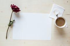 Torka rosa med tomt papper och kaffe Royaltyfri Fotografi