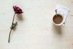 Torka rosa och kaffe Royaltyfri Bild