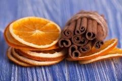 Torka skivor av orange och kanelbruna pinnar Makro Fotografering för Bildbyråer
