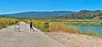 Torka-slågen sjö för tappninghuvudväg högt än arkivbilder