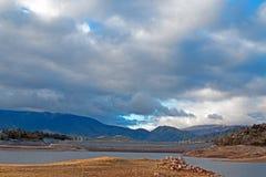 Torka slågen sjöIsabella vår av den stenblockfjärden 2015 och fördämningen i sjön Isabella California i den sydliga Sierra Nevada Fotografering för Bildbyråer