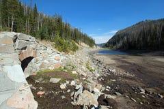 Torka slågna Eleanor Lake på Sylvan Pass på huvudvägen till den östliga ingången av den Yellowstone nationalparken i Wyoming royaltyfri fotografi
