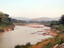 Torka vatten i den Yom floden arkivfoton