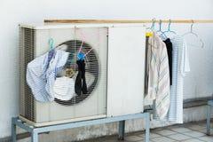 Torka vid airconditioneruppvärmningenheten Royaltyfri Bild