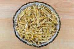 Torkad ansjovis i keramisk bunke Liten fisk för ansjovisar, bästa sikt royaltyfri bild