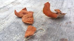 Torkad apelsinskal på Wood yttersida Royaltyfria Foton