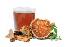Torkad Bael frukt med Bael och Sappanwood fruktsaft, växt- fruktsaft Fotografering för Bildbyråer