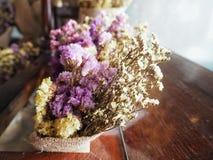 Torkad blommabukett i träask arkivfoton