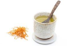 Torkad champinjon Cordyceps Militaris i kopp te på en vit bakgrund Royaltyfria Bilder