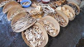 Torkad fisk i träkorgar på asiatisk marknad Royaltyfria Bilder