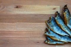 Torkad fisk - läckert mellanmål med öl royaltyfria bilder