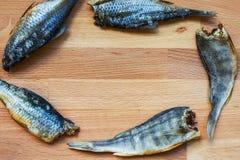 Torkad fisk - läckert mellanmål med öl Fisk som förläggas i cicle arkivbilder