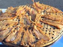 Torkad fisk på bamburastret Arkivbild